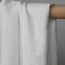 Tissu coton brodé blanc à motif bohème effet points de croix - pretty mercerie - mercerie en ligne