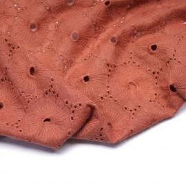 Tissu coton brodé et ajouré rose aragon à motif fleuri | pretty Mercerie | mercerie en ligne