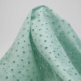 Tissu coton brodé vert pastel à motif fleurs ajourées | pretty mercerie | mercerie en ligne
